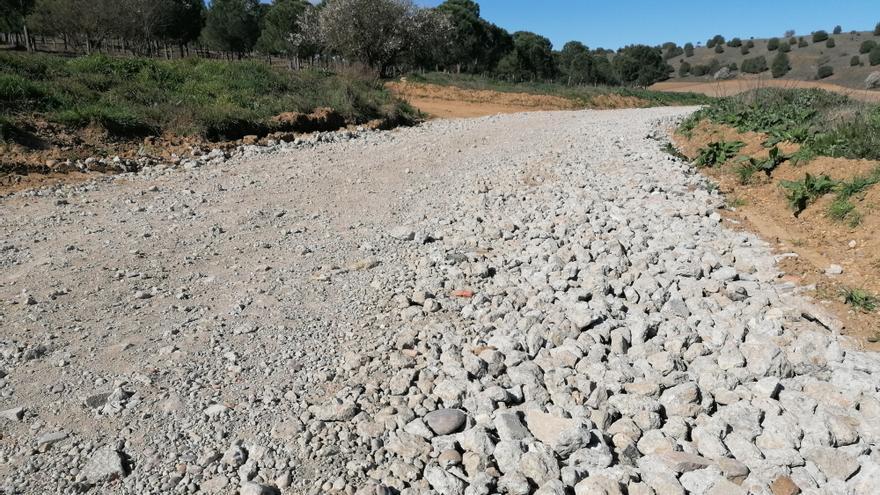 El hormigón esparcido en caminos rurales de Toro será compactado