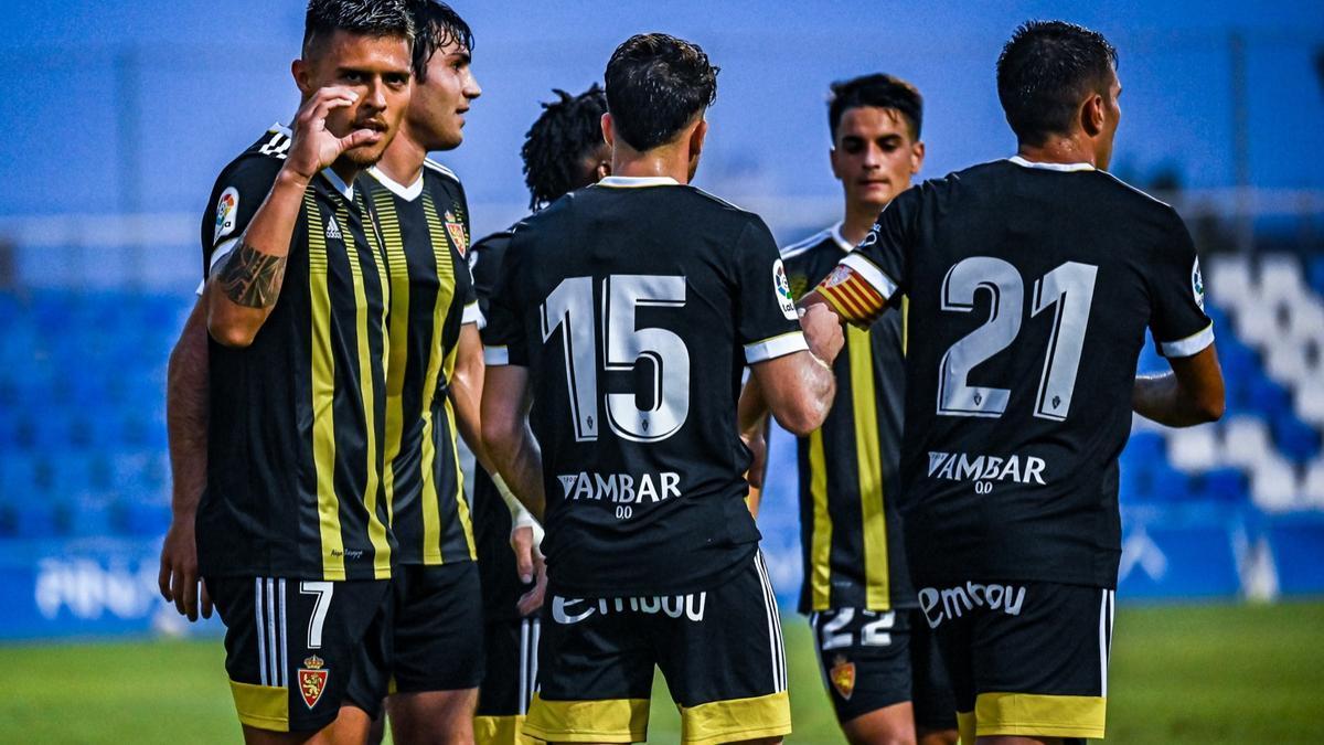 Juanjo Narváez celebra el gol con sus compañeros, el primero hoy ante el Elche.