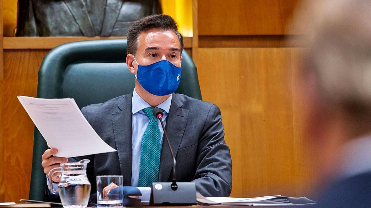 El concejal de Urbanismo, Víctor Serrano (Cs), ayer durante la comisión de su área en el salón de plenos del Ayuntamiento de Zaragoza.