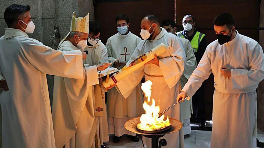 El obispo preside la Vigilia Pascual en la Concatedral