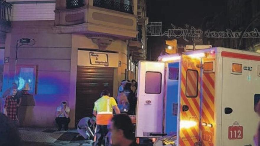 Policía y ambulancia asistiendo a Germán en la calle Felipe Menéndez tras la agresión.