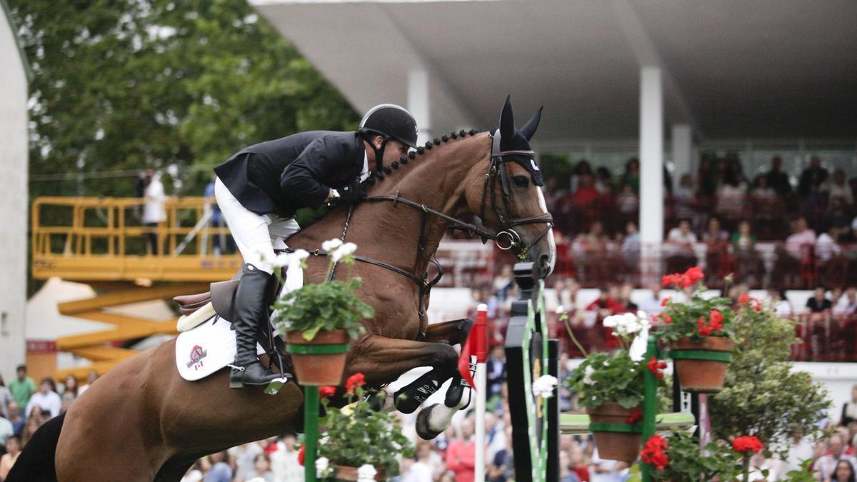 """El jinete canadiense Eric Lamaze, Oro olímpico en Pekín 2008, saltando un obstáculo con """"Fine Lady V"""" en Las Mestas"""