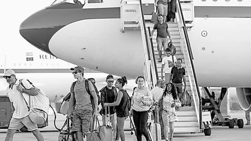 Una treintena de españoles evacuados por el huracán Irma llegan a Madrid