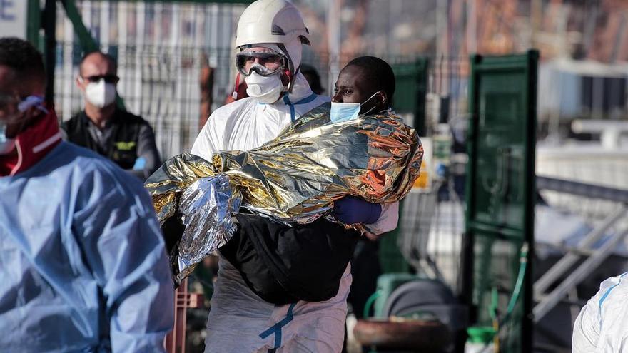 Diez niños entre los 73 subsaharianos llegados en patera a la capital tinerfeña