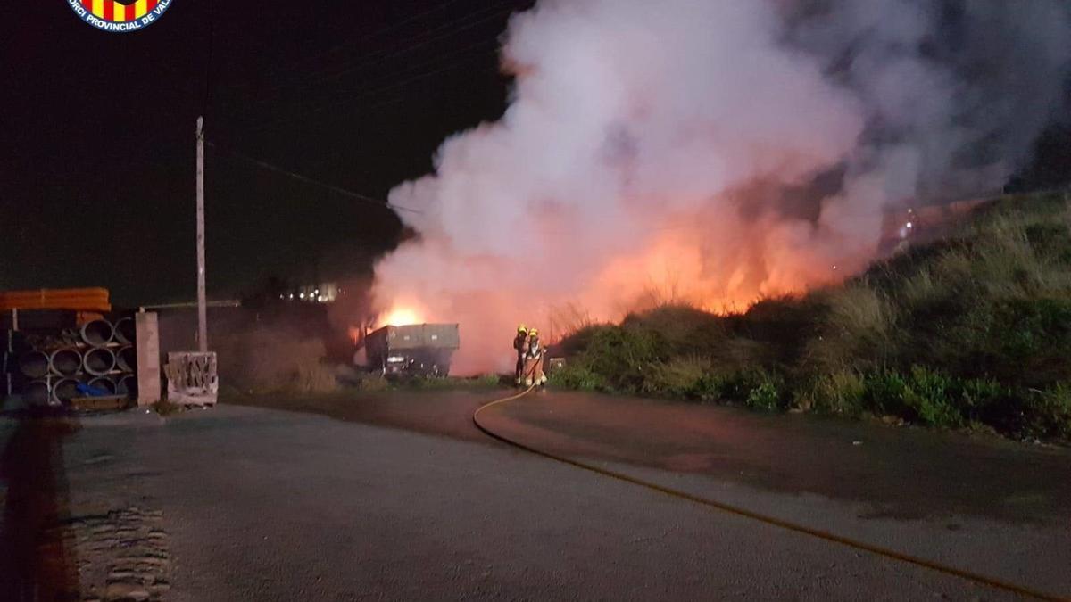 Bomberos sofocan el incendio en Quart de Poblet