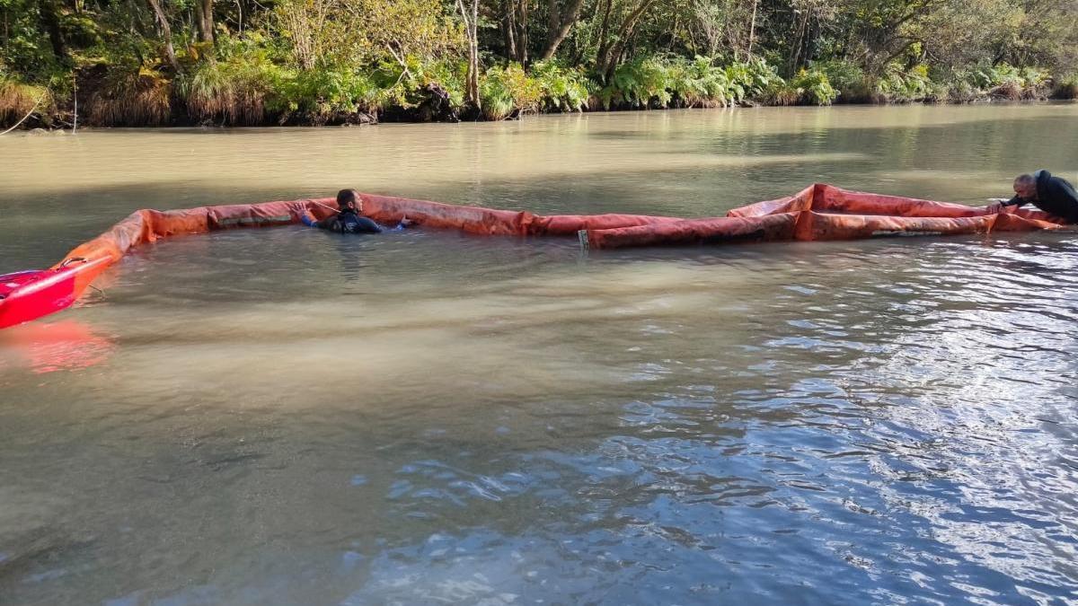 Instalación de barreras en el río Eume, donde los vertidos han obligado a prohibir el consumo de agua.