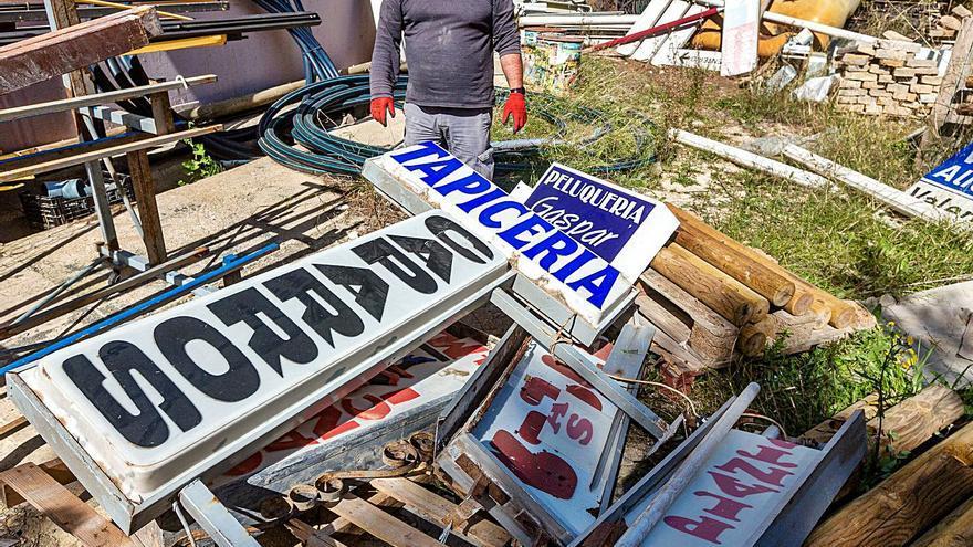 Benidorm limpia el centro de carteles de negocios cerrados hace años