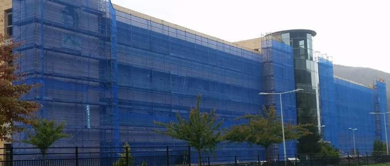 La residencia de Felechosa, con la fachada vallada para su reparación.