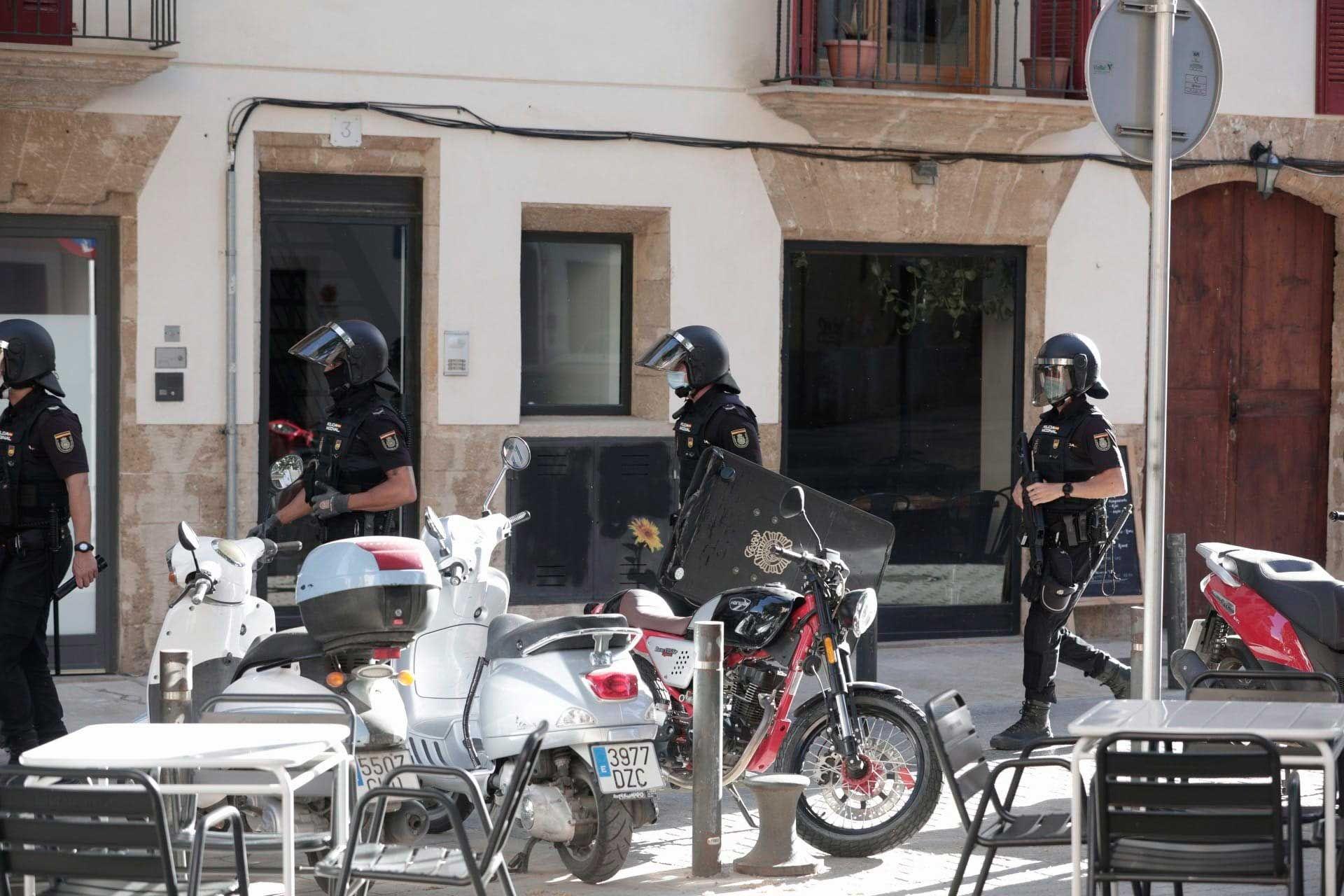 La Policía toma la plaza Llorenç Bisbal en busca de los responsables del tiroteo de Son Gotleu