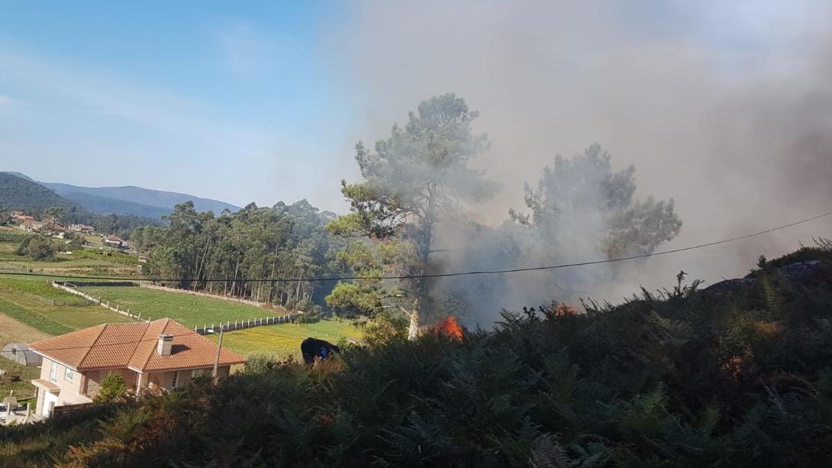 Las llamas se acercan a una vivienda. // FdV
