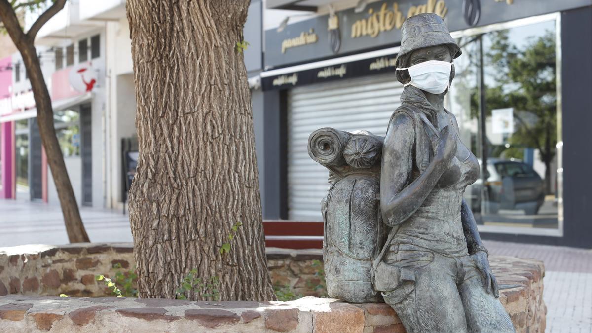 Estatua en honor al turista de festivales con mascarilla en Benicàssim, una de las poblaciones de la provincia más castigadas por el covid en esta última ola.