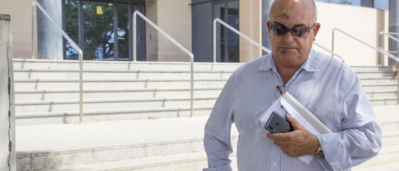 El alcalde de Callosa d'en Sarrià, Andrés Molina, ayer, a su salida de los juzgados de Benidorm.