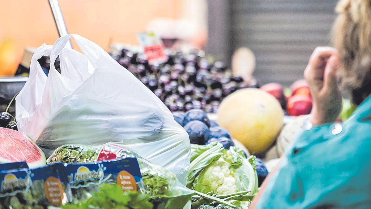 Un puesto de frutas y verduras en un mercado de Eivissa.
