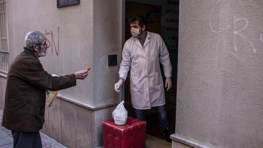 Un hombre recibe su menú diario en el centro Madre Bonifacia de Zamora.