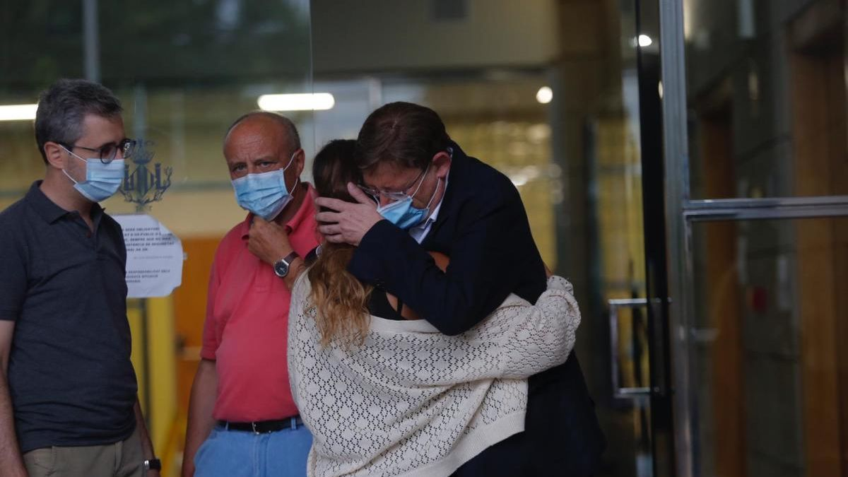 Ximo Puig abraza a la hija de Ramón Vilar. A la izquierda, el conseller Arcadi España, al fondo, Rafael Rubio, subdelegado del Gobierno