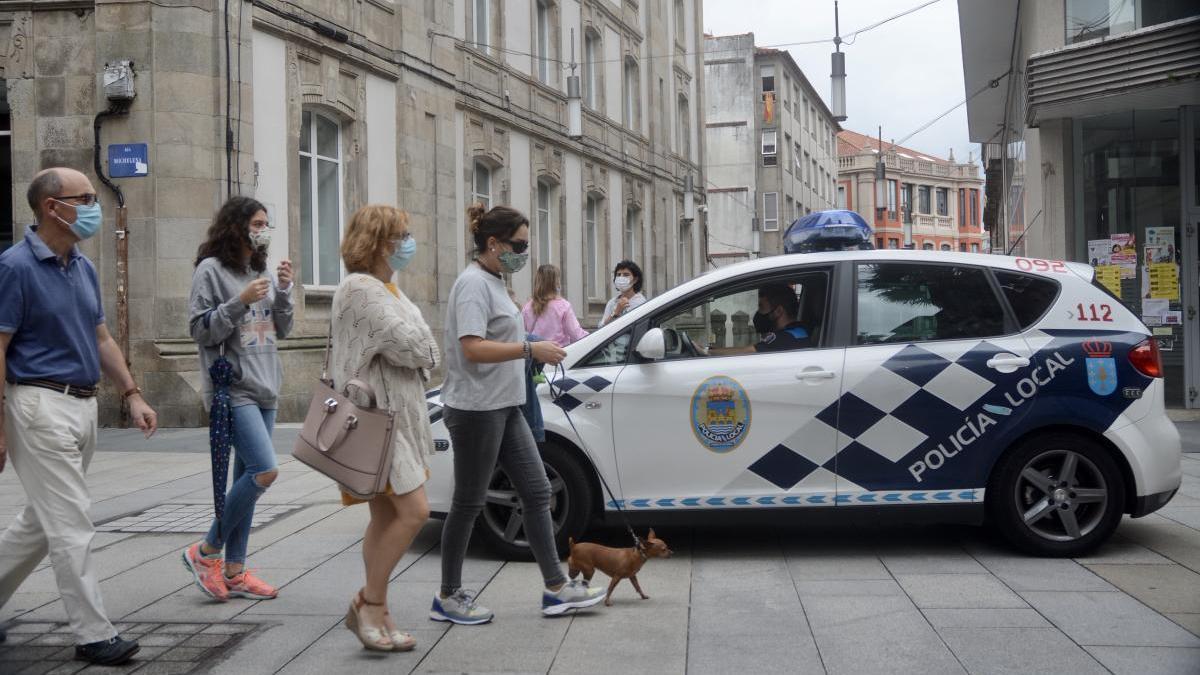 Policía Local de Pontevedra controlando el uso de la mascarilla en las calles de la ciudad.