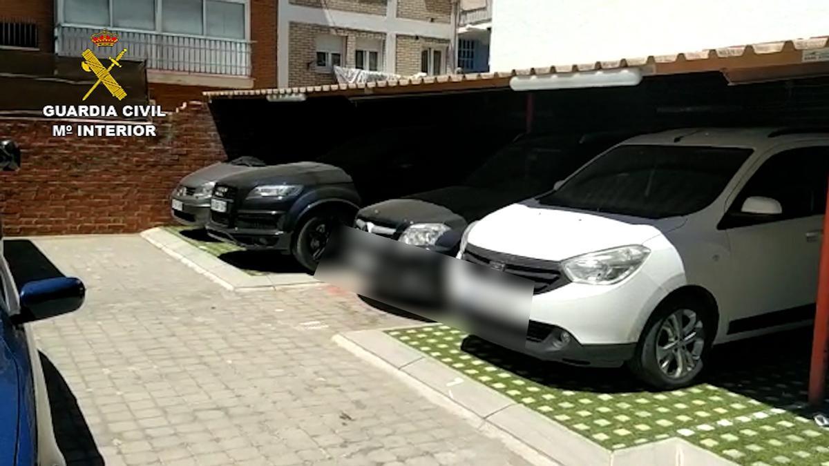 Algunos de los vehículos intervenidos por la Guardia Civil.