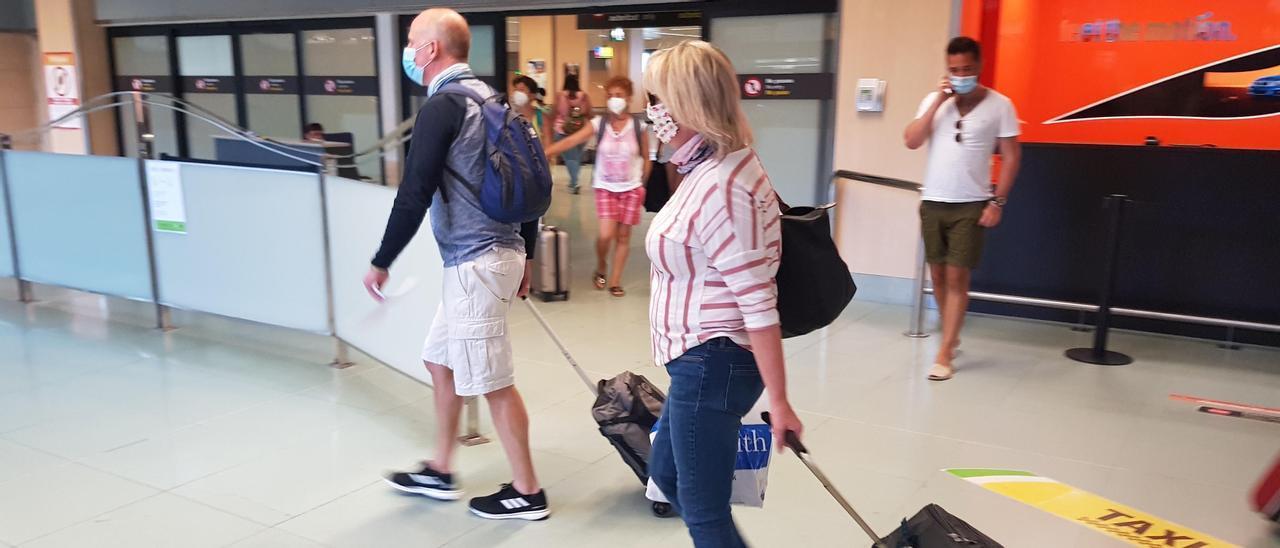 Turistas británicos en el aeropuerto de Ibiza el verano de 2020. D.I.