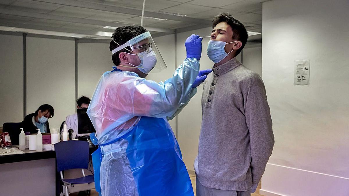 Un sanitario realiza una PCR en Son Dureta.