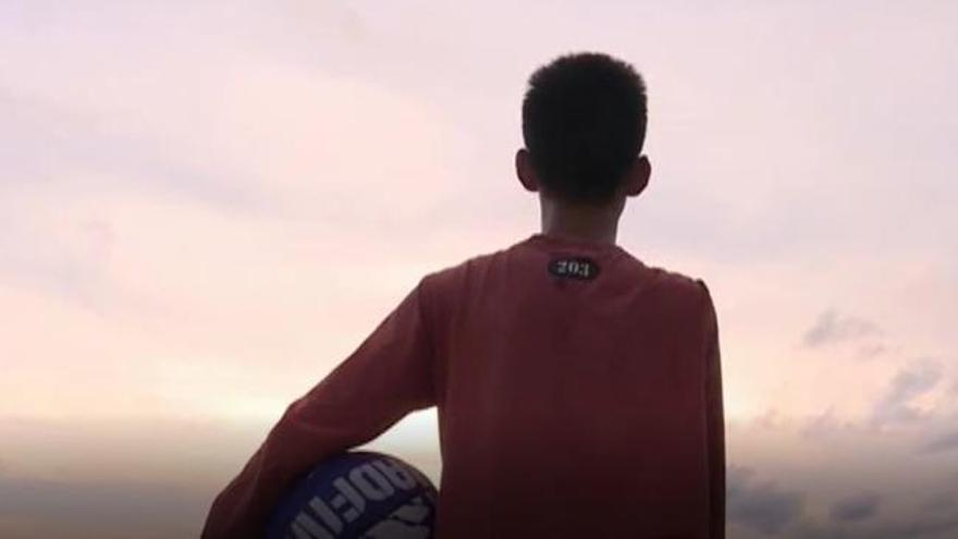 Un niño de 14 años se hace viral en las redes jugando al baloncesto con un solo brazo