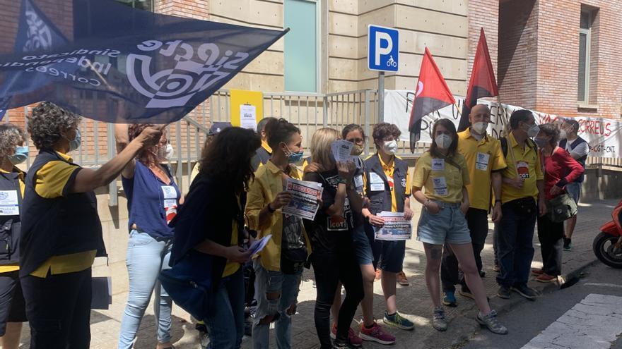 Treballadors de Correus fan sentir el seu malestar al centre de Manresa