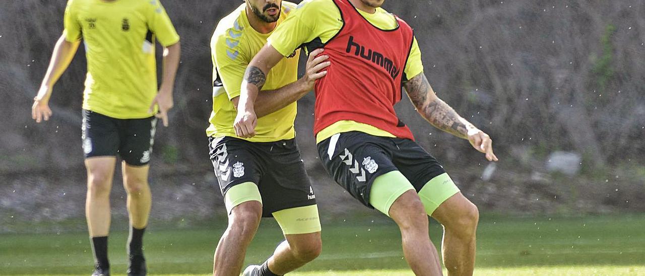 El zaguero Álex Suárez pugna con el delantero Juanjo Narváez, en Barranco Seco, el 11 de diciembre de 2019.  | | PÉREZ CURBELO