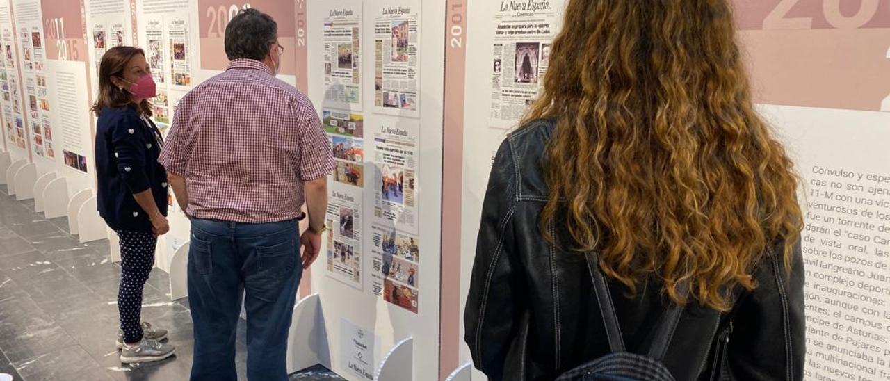 """Visitantes de la exposición """"Seguimos dando tira"""", en la Casa de Cultura de Mieres"""