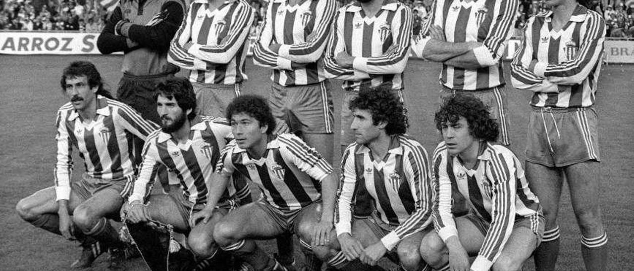 Por la izquierda, de pie, Rivero, Abel, Joaquín, Jiménez, Maceda y Pereda, y agachados, Mesa, Redondo, Andrés, Uría y Ferrero, antes de iniciar la final de la Copa del Rey en 1982 ante el Madrid en Valladolid.