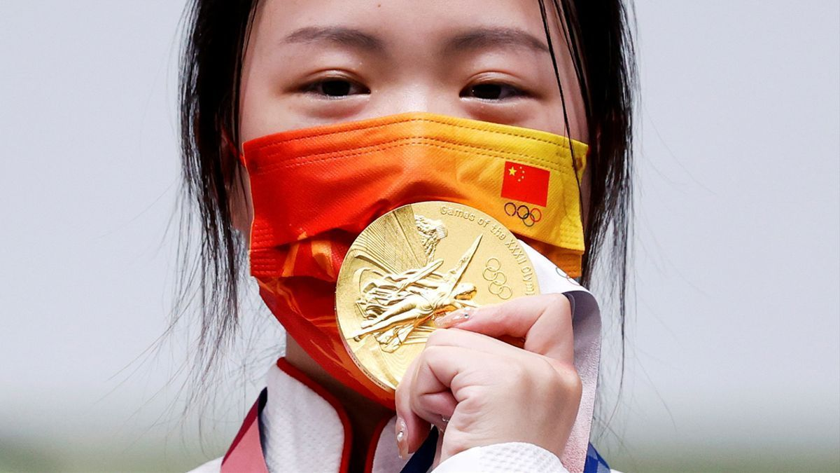 La primera medallistas de los Juegos de Tokio, la tiradora de rifle china Yang Qian.