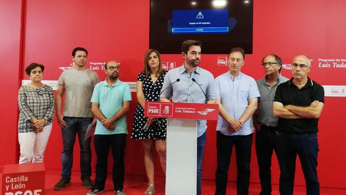 El equipo del PSOE, con Antidio Fagúndez, durante una rueda de prensa