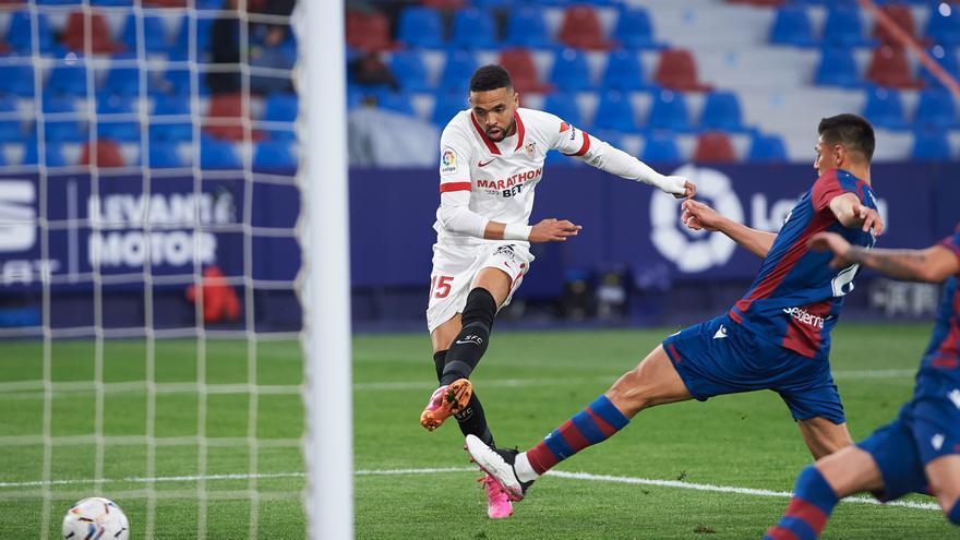 El Sevilla no afloja en la lucha por el título ante el Levante