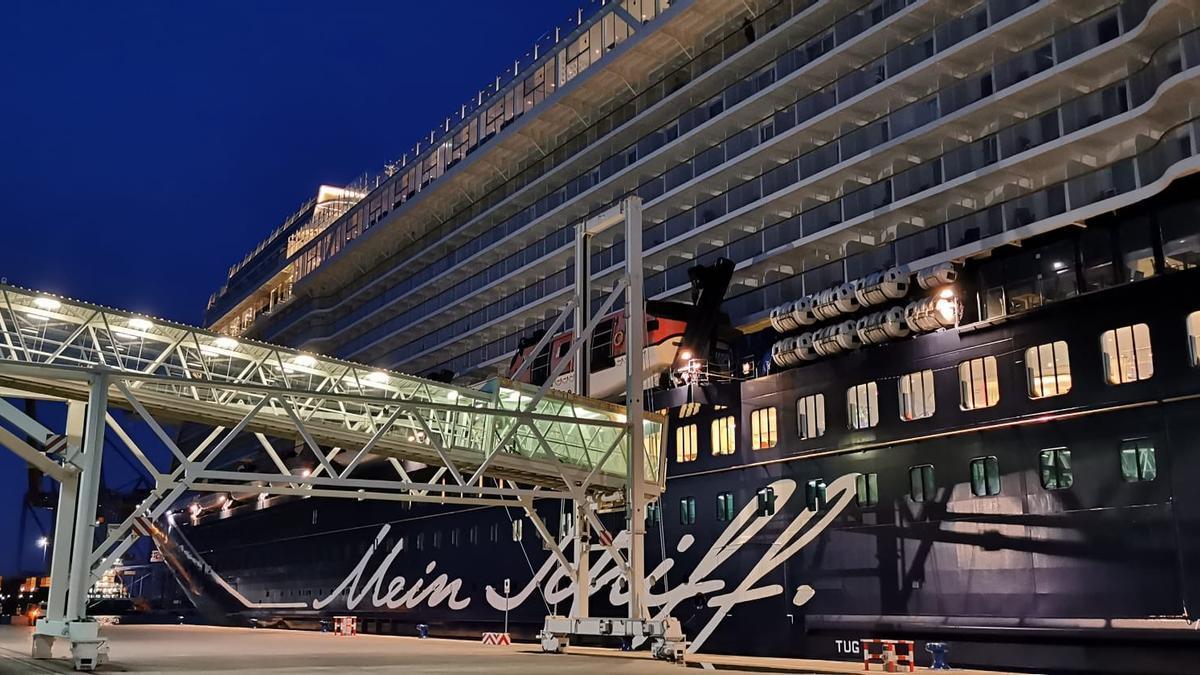 El ´Mein Schiff 2' llegó a primera hoy de esta mañana a Málaga.