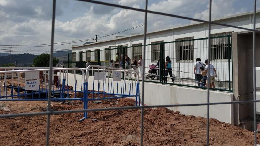 Les famílies, contentes amb la nova escola Les Bases tot i el pati per acabar