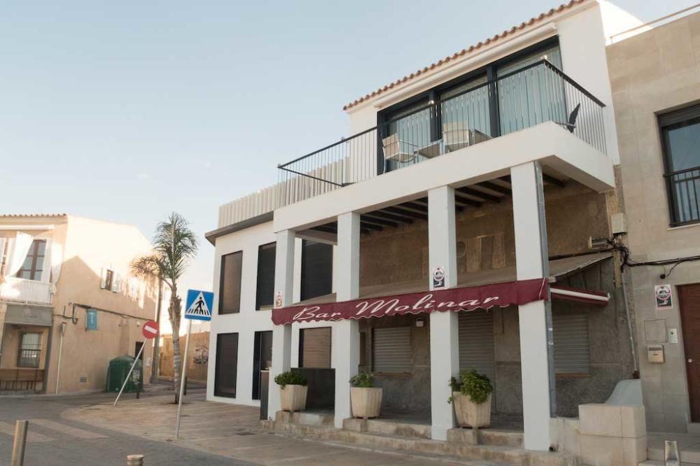 Das ehemalige Fischerviertel ändert sich im Zeitraffer: An der Küstenpromenade wechseln viele Häuser den Besitzer, und es entstehen Neubauten, die das Gesicht von Molinar verändern.