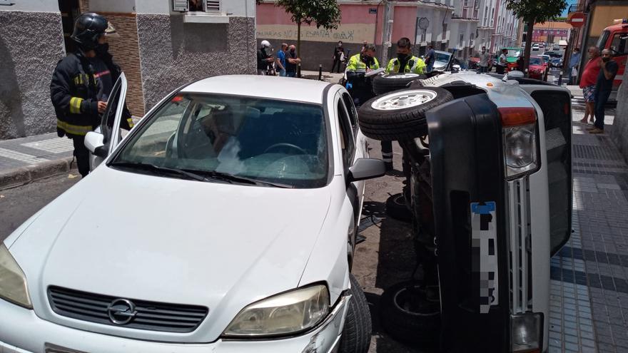 Accidente entre dos vehículos con vuelco en Schamann