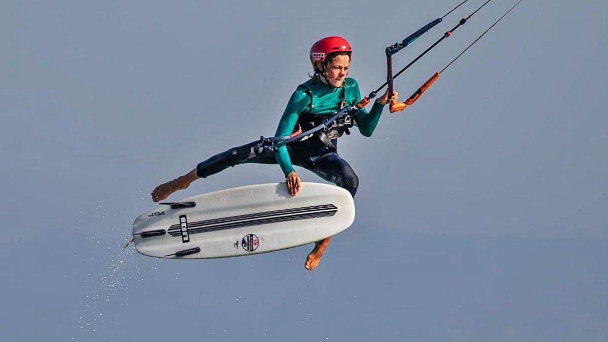 Keanu Merten se ha convertido a sus 15 años de edad en auténtico especialista del kitesurf