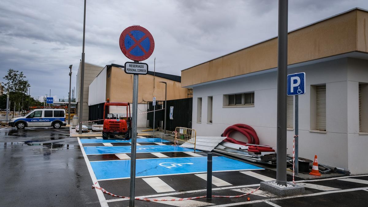 Una señal y una farola obstaculizan la salida a la acera desde la zona de transferencia en una de las plazas de aparcamiento reservadas para personas con movilidad reducida.