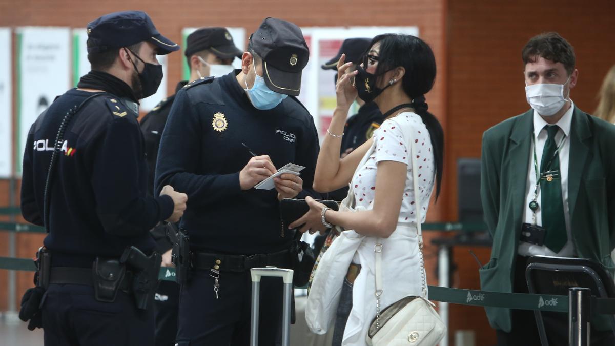 La Policía Nacional recoge los datos de una ciudadana.