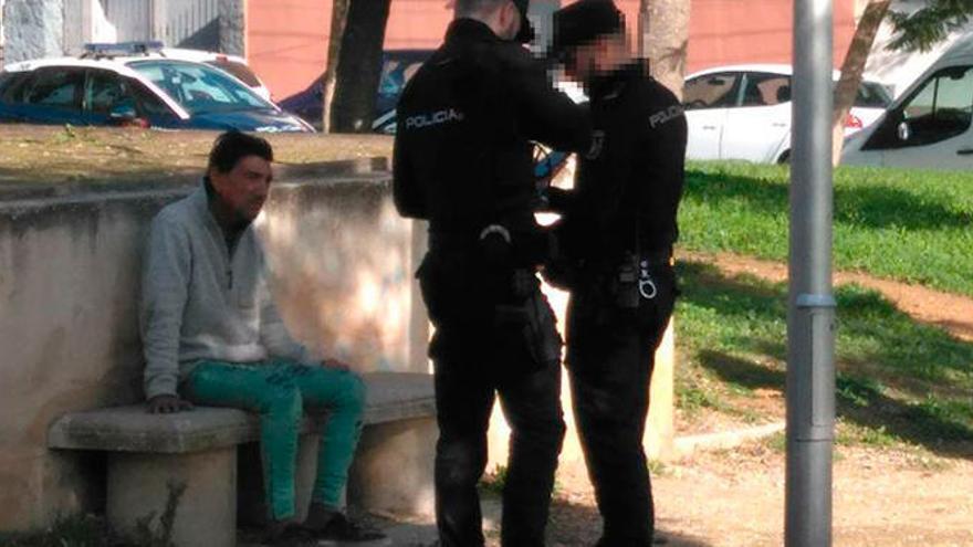 Un hombre prende fuego a una mujer en un parque infantil de Palma