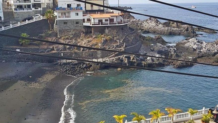 Playa Chica reabre al baño esta tarde tras una semana cerrada por una mancha