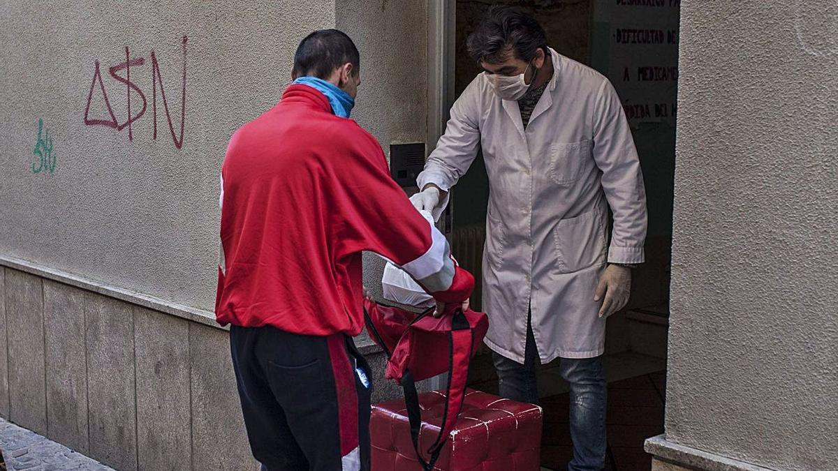 Un joven recoge comida en el centro Madre Bonifacia, el pasado mes de abril. | Nico Rodríguez