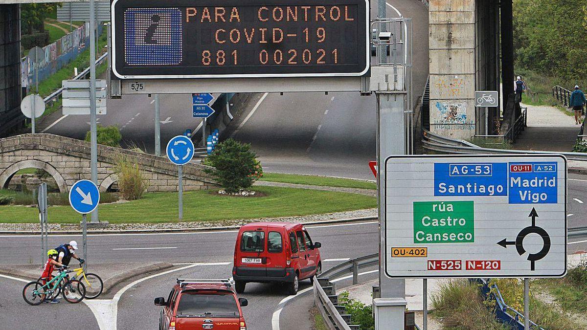 El número de contacto para información en un letrero de Tráfico en una salida de Ourense.