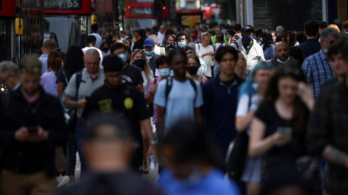Gente caminando en una calle concurrida.