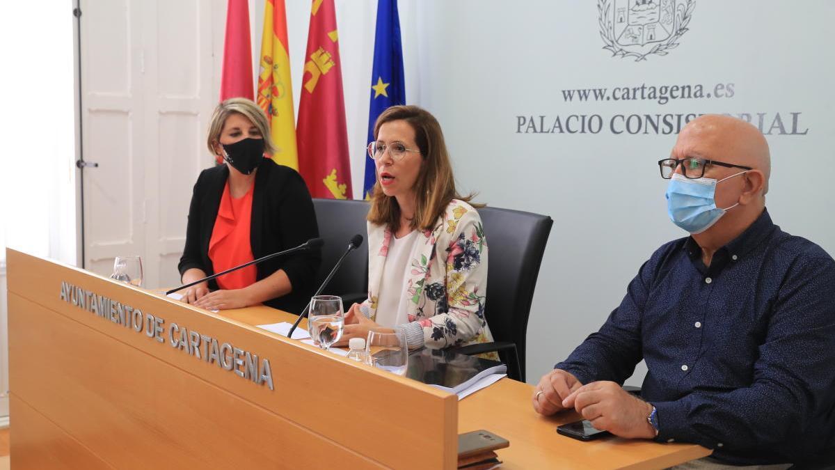 La alcaldesa Ana Belén Castejón, junto a Noelia Arroyo y Manuel Padín, en una rueda de prensa en el Ayuntamiento