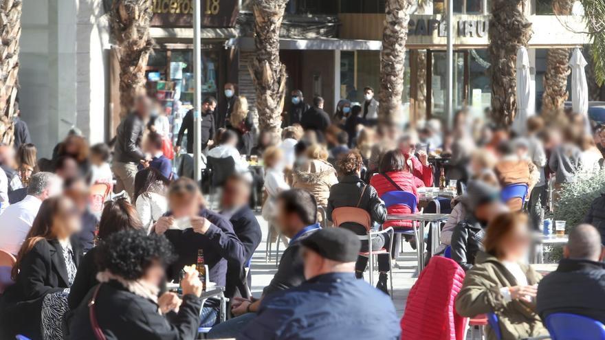 """El repunte del covid y los controles policiales no frenan la """"Tardevieja"""" en Alicante"""
