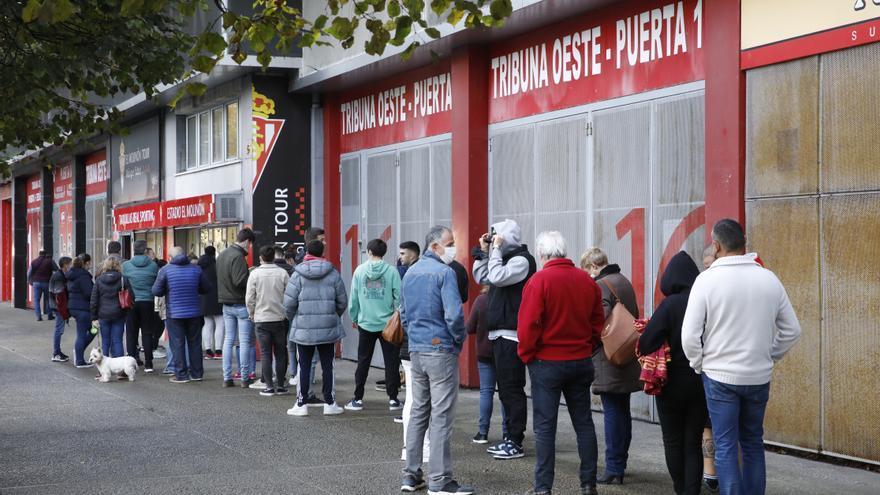 Colas en El Molinón para comprar las entradas ante el Lugo