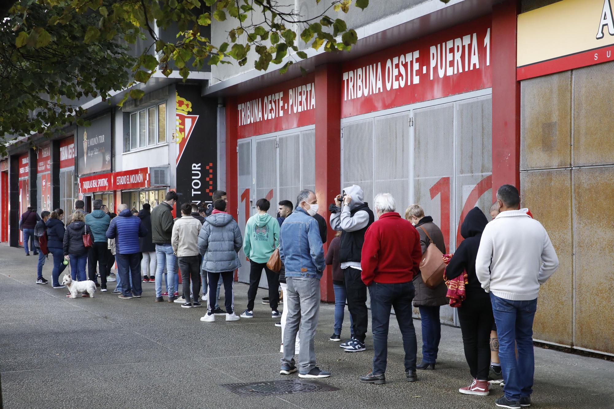 Colas en El Molinón para comprar las entradas para el partido ante el Lugo