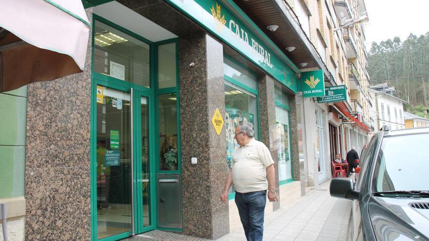 Tres encapuchados intentan robar en un banco de Trevías (Valdés)