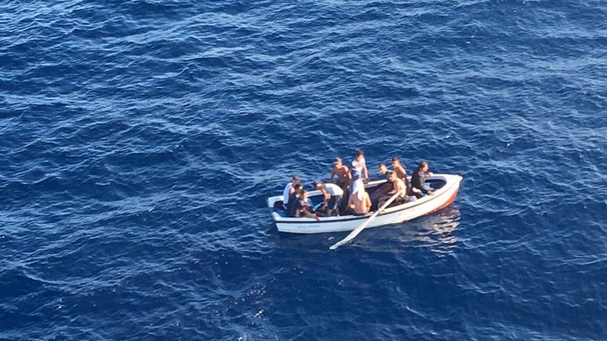 Llega una patera con nueve personas a bordo a las costas de Orihuela