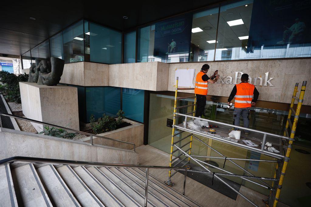 Así se ha puesto el nuevo nombre de CaixaBank en el edificio de Pintor Sorolla